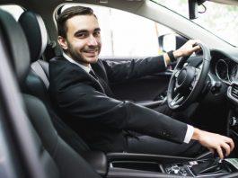 Conductor de uber en coche
