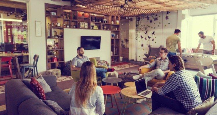 Reunion de jóvenes de una startup