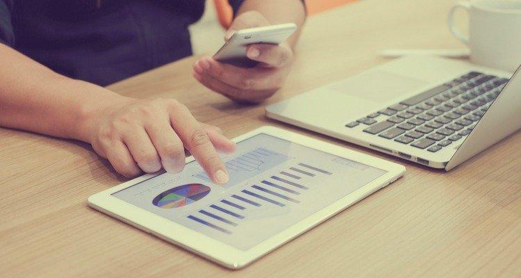 ordenador y tablet con graficos y KPI