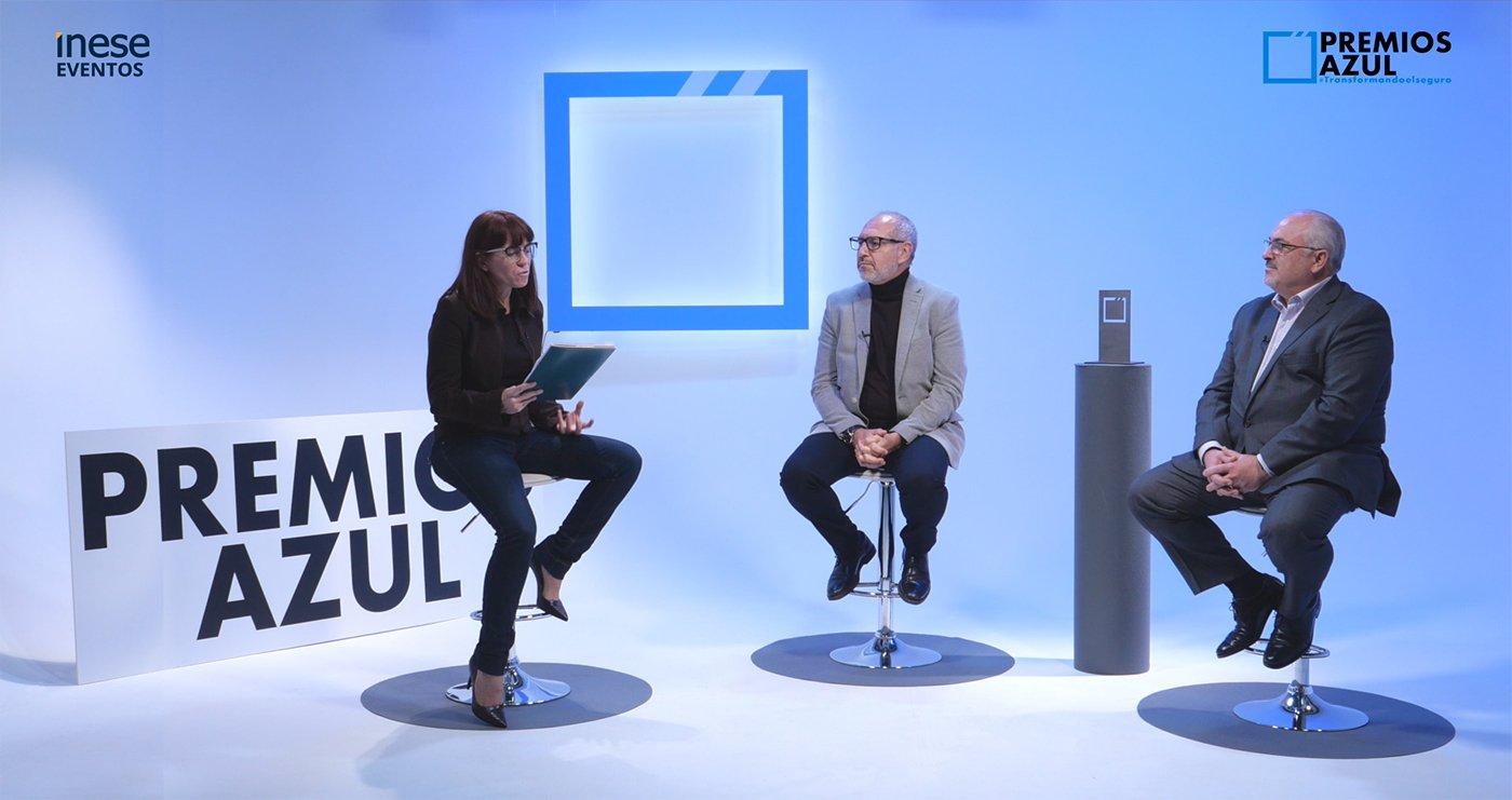 Judith Giner entrega el premio a RGA re en los Premios Azul
