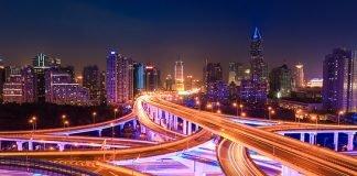 conducción coche ciudad noche