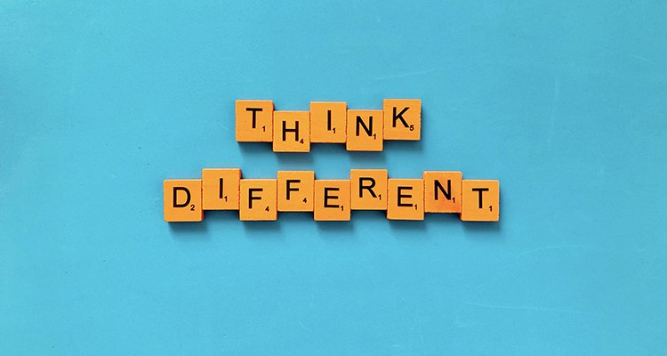 think different pensar distinto letras cubos