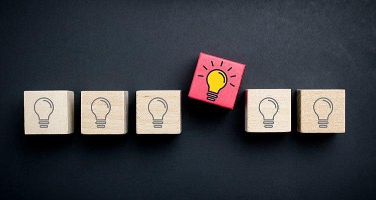 concepto de idea innovación creatividad bombillas cubo fondo negro